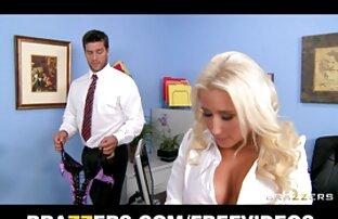 O Big ass Shemale video s pornô espalha-se e dedos o seu cu apertado