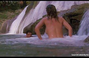Os jovens fazem sexo videos de pronografico a três depois de um banho quente